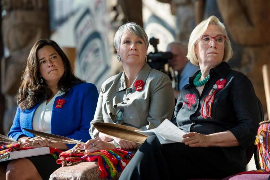 Patty Hajdu (au centre),ministre fédérale de la Condition... (Photo archives La Presse Canadienne)