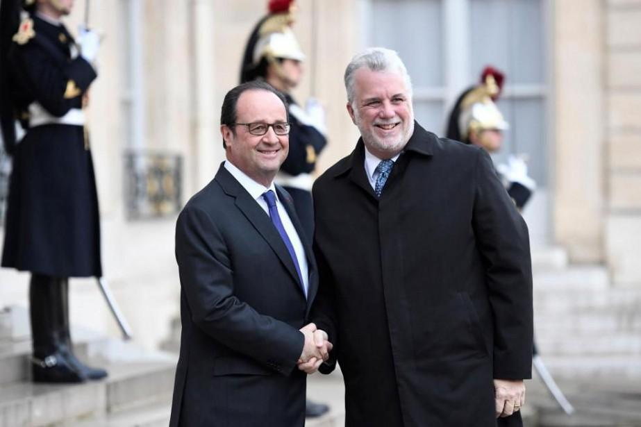 Le président français François Hollande, à gauche, accueille... (PHOTO AFP)