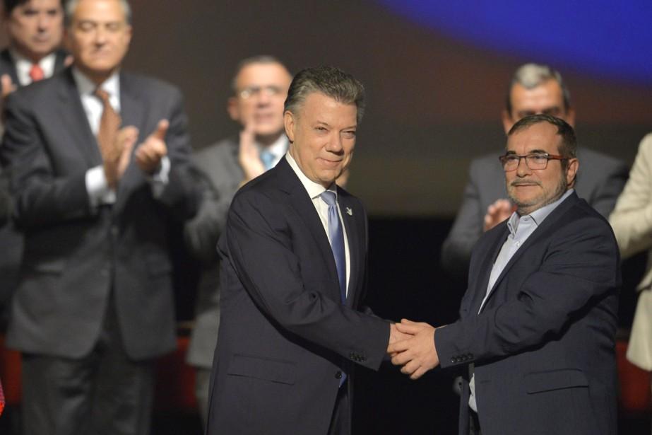 Le président Juan Manuel Santos (à gauche) et... (photo LUIS ROBAYO, AFP)