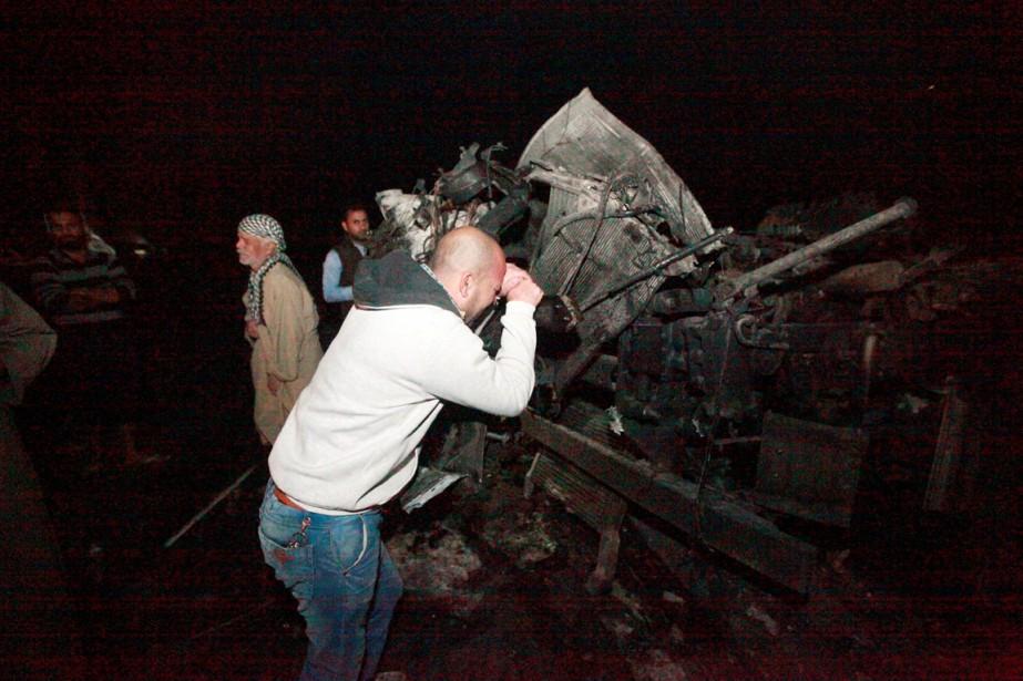 Un homme fond en larmes sur le site... (photo Alaa Al-Marjani, REUTERS)