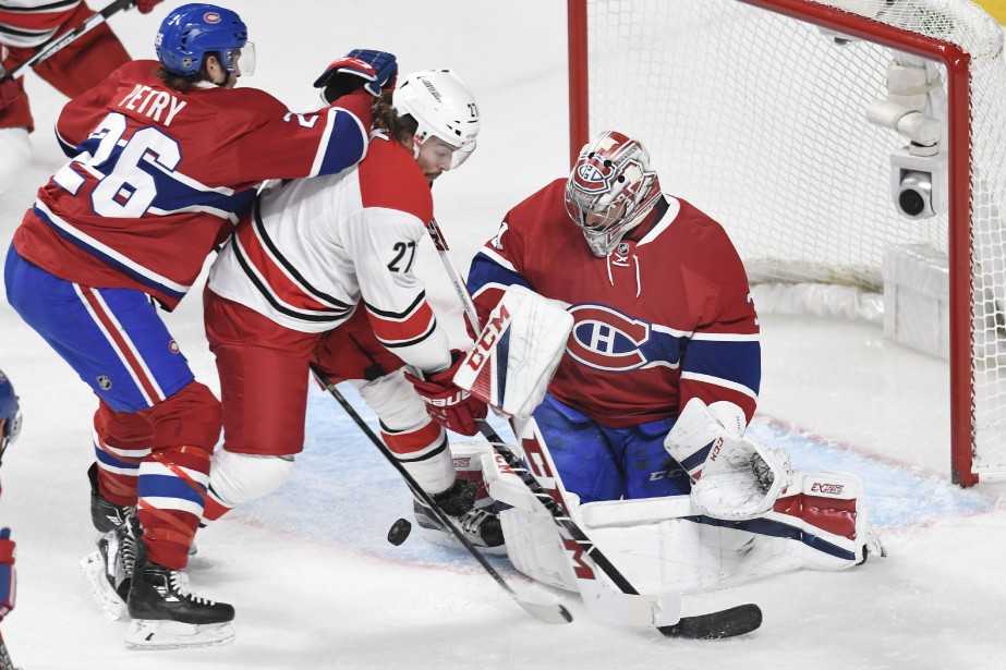 Le défenseur Jeff Petry retient Justin Faulk devant... (PHOTO BERNARD BRAULT, LA PRESSE)