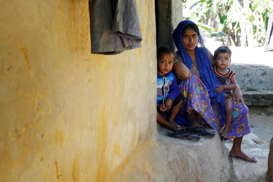 Une Rohyngia et ses deux enfants sont photographiés... (photo Mohammad Ponir Hossain, REUTERS)