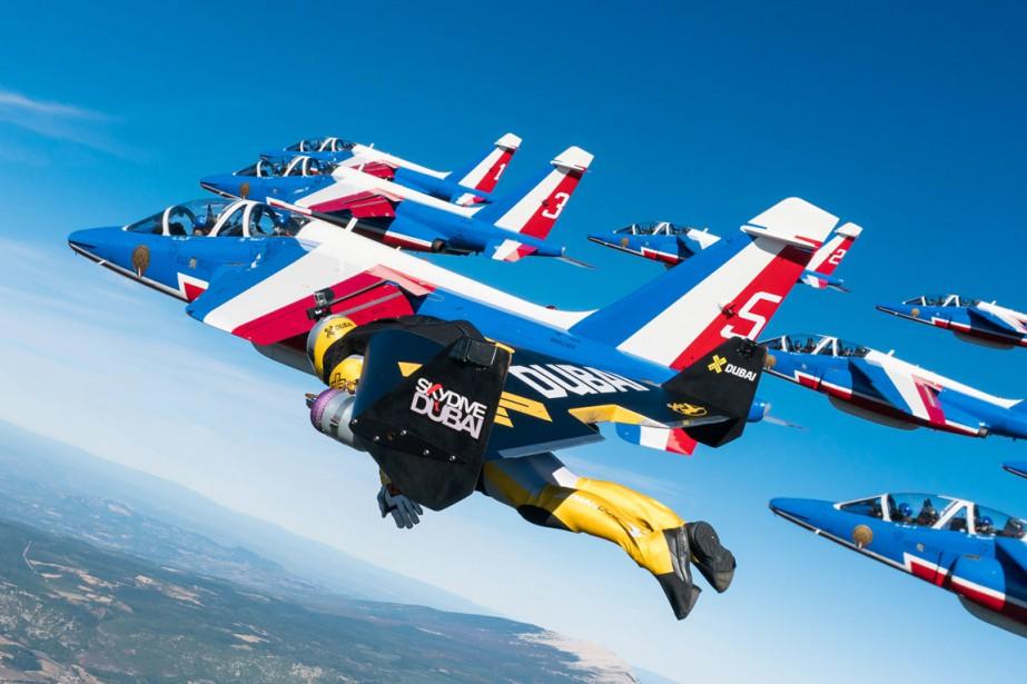 L'ensemble hommes-jets a volé huit ou neuf minutes... (photo VINCENT REFFET, jetman/AFP)