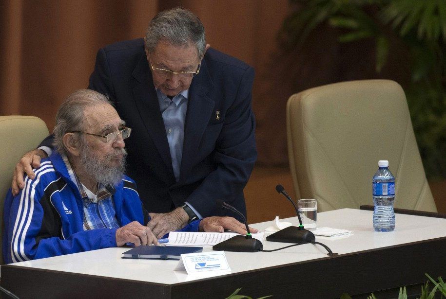 Raul Castro enlace son frère durant le 7<sup>e</sup> Congrès du parti communiste cubain, en avril 2016. (Photo archives AP)