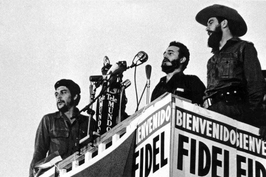Fidel Castro, entouré de Camilo Cienfuegos (à droite) et Ernesto «Che Guevara», alors qu'il prononçait un discours à La Havane, le 8janvier1959. (PHOTO ARCHIVES AFP)