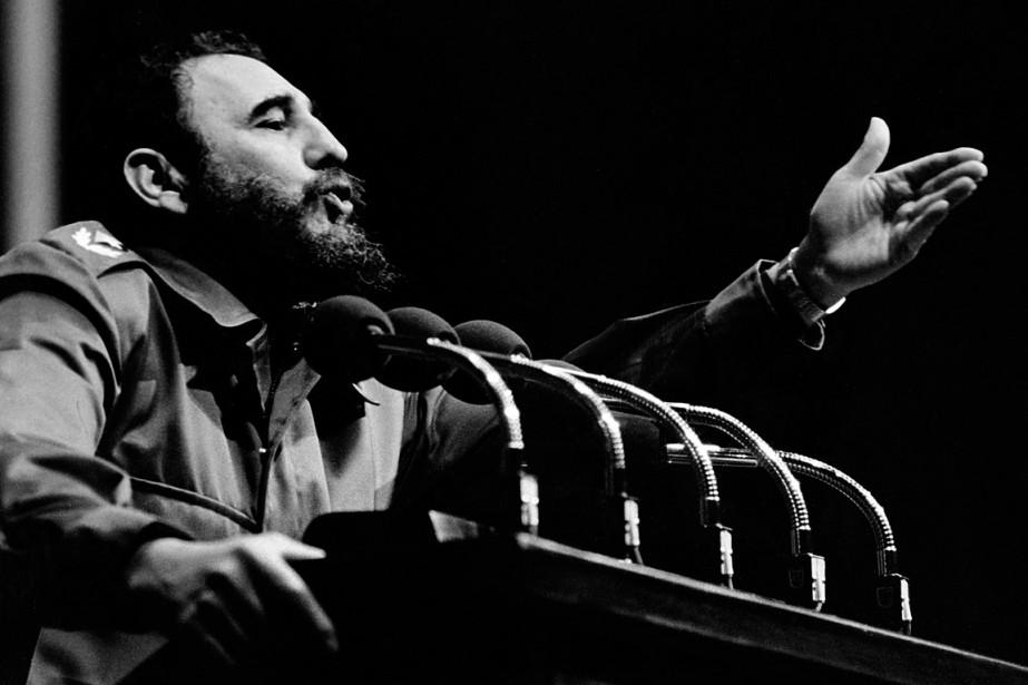 Fidel Castro s'adressant à la foule dans les...