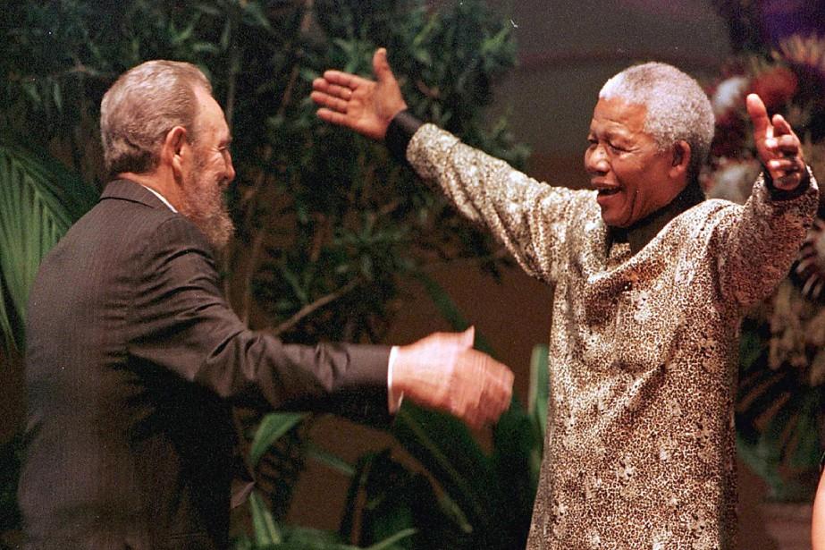 L'ancien président sud-africain Nelson Mandela attendait Fidel Castro au sommet du mouvement des pays non-alignés de Durban, en septembre1998. (AFP)