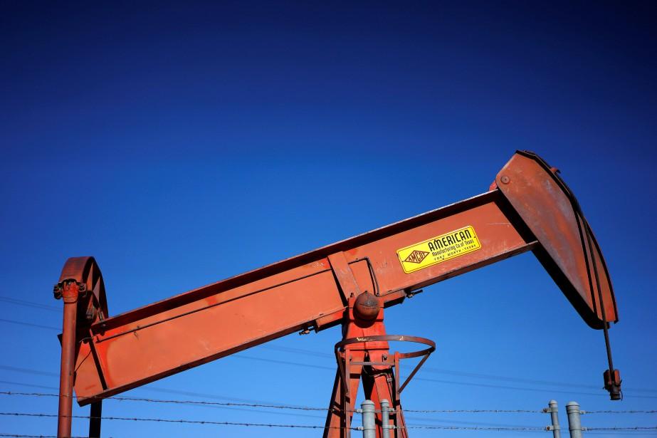 Vendredi, les cours du pétrole ont nettement reculé,... (PHOTO ARCHIVES REUTERS)