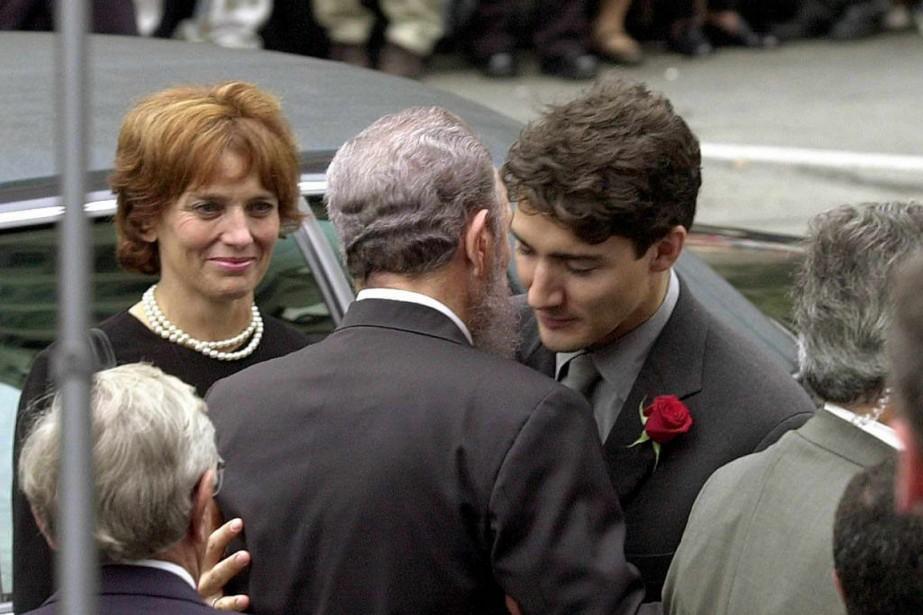 Fidel Castro offre ses sympathies à Justin Trudeau lors des funérailles de son père, Pierre Elliott Trudeau, le 3 octobre 2000 à Montréal. (PHOTO JEFF KOWALSKY, ARCHIVES AFP)
