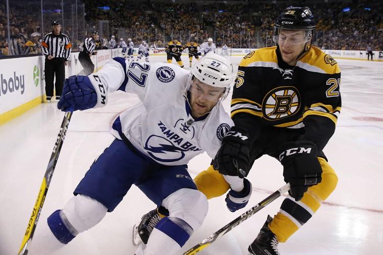 Jimmy Hayes a couronné la deuxième période de trois buts des Bruins... (PHOTO AP)