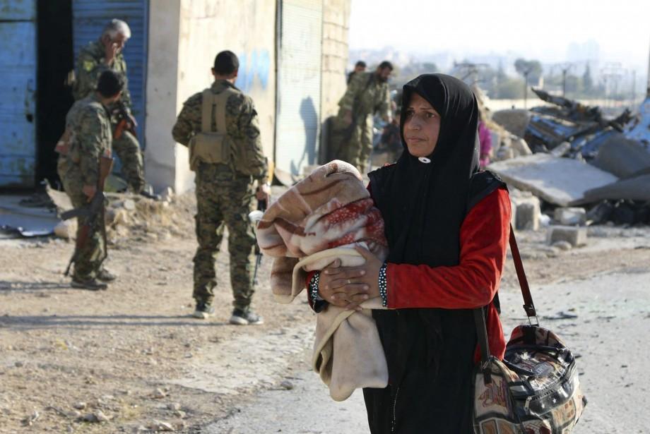 Prêts à tout pour échapper aux bombardements dévastateurs... (PHOTO AP)