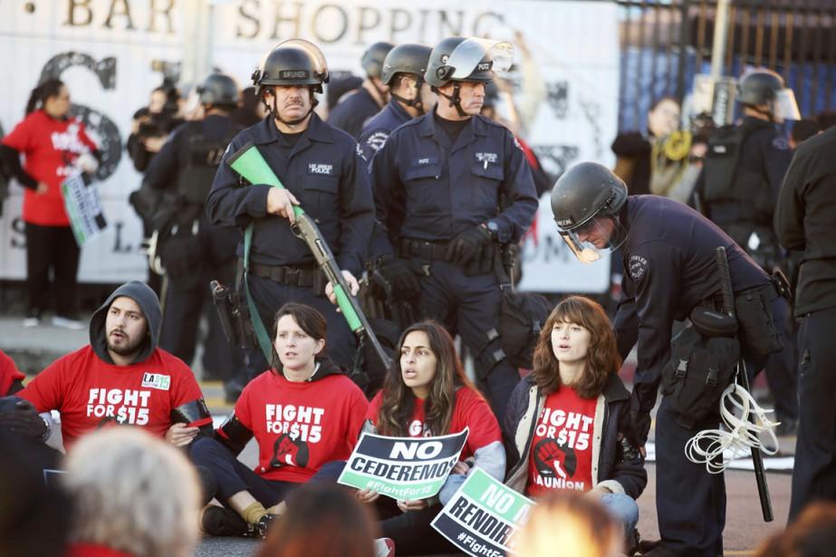 Les policiers procèdent à l'arrestation d'activistes réclamant un... (photo Lucy Nicholson, REUTERS)