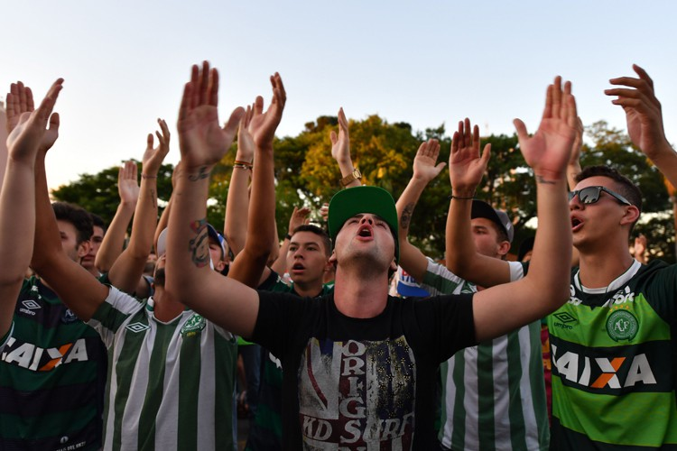 Des personnes se sont rassemblées autour d'une église... (PHOTO AFP)