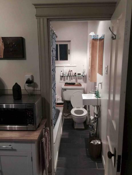 Avant, la salle de bain ouvrait directement sur la cuisine. (Fournie par Andy Van Drom)