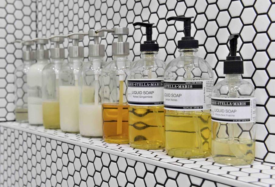 Comme dans le bar, les bouteilles de la salle de bain sont alignées de façon décorative. (Le Soleil, Patrice Laroche)