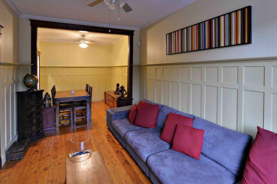 Le plancher couleur miel et les murs de planches et de caissons donnent du cachet au salon et à la salle à manger. (Le Soleil, Patrice Laroche)
