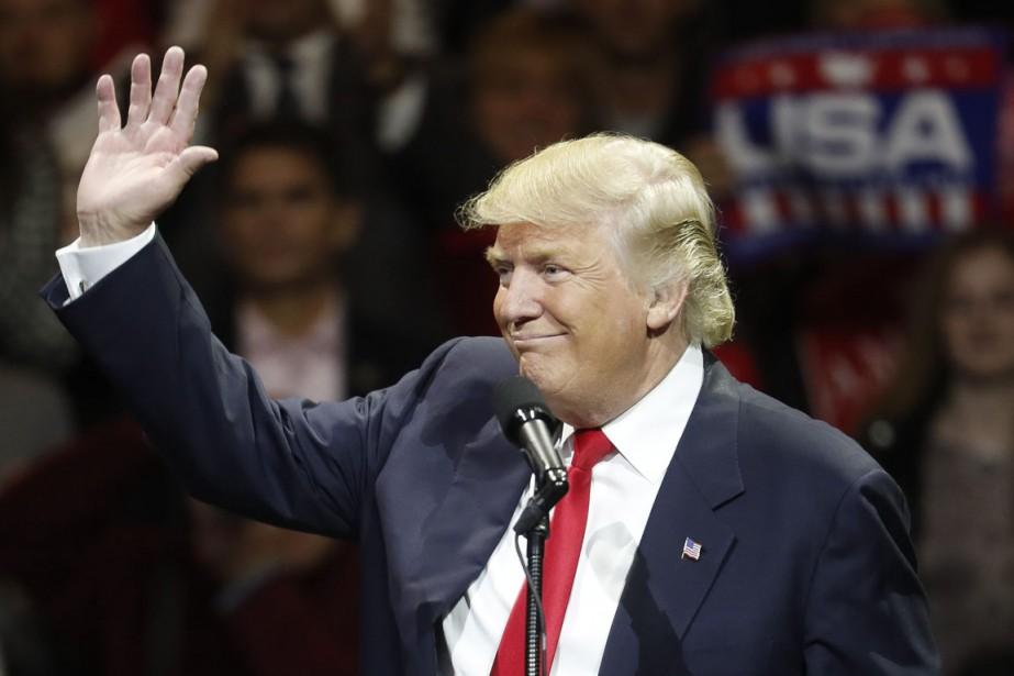 Le président désigné salue ses partisans lors d'un... (photo John Minchillo, Associated Press)