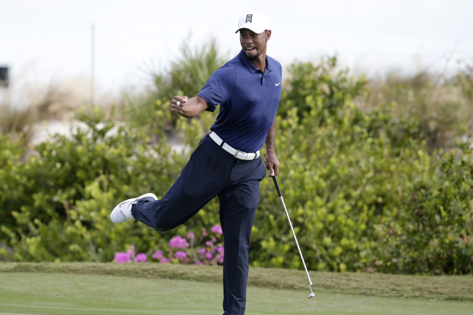 Tiger Woods célèbre après avoir sauvé la normale... (Photo Lynne Sladky, AP)