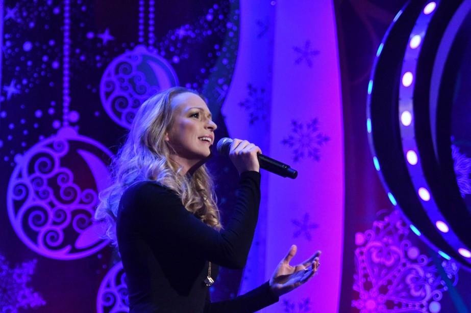 Annie Villeneuve a interprété Mon héros lors du Noël du Pauvre. | 2 décembre 2016