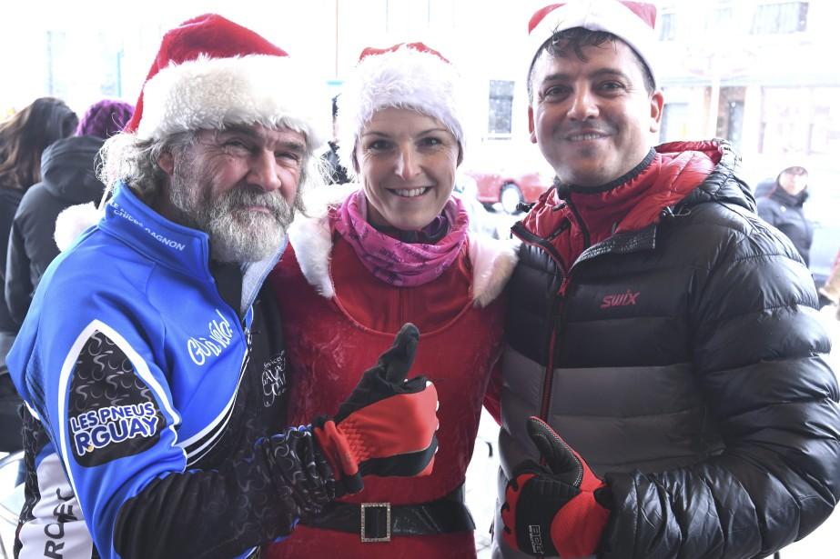 L'ambiance était à la fête et aux joyeuses retrouvailles pour la course des pères Noël à Jonquière, comme en témoigne ce souriant trio. (Photo Le Progrès-Dimanche, Michel Tremblay)