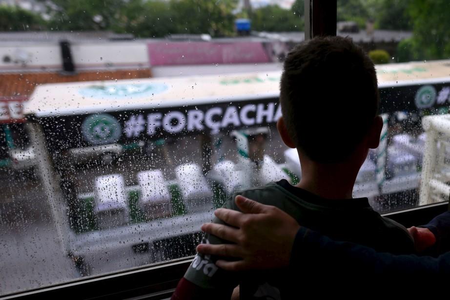 Les cercueils ont été transportés par camion jusqu'au stade de Chapeco. (AFP)