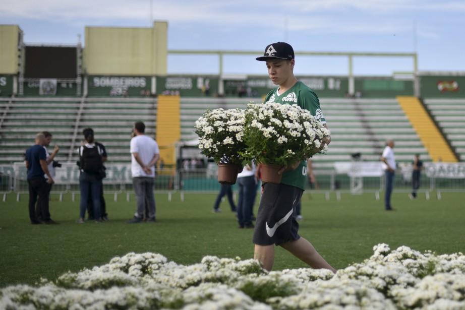 Des fleurs et des objets ont été déposés au stade Arena Conda. (AFP)