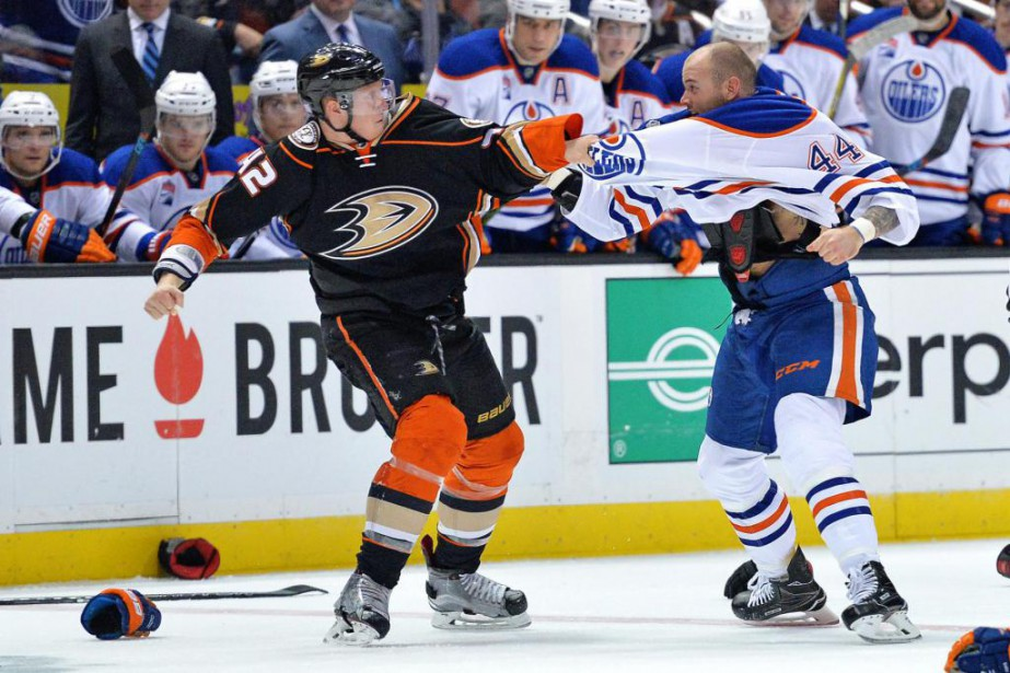 Josh Manson, des Ducks, et Zack Kassian, des... (Photo Jake Roth, archives USA TODAY Sports)