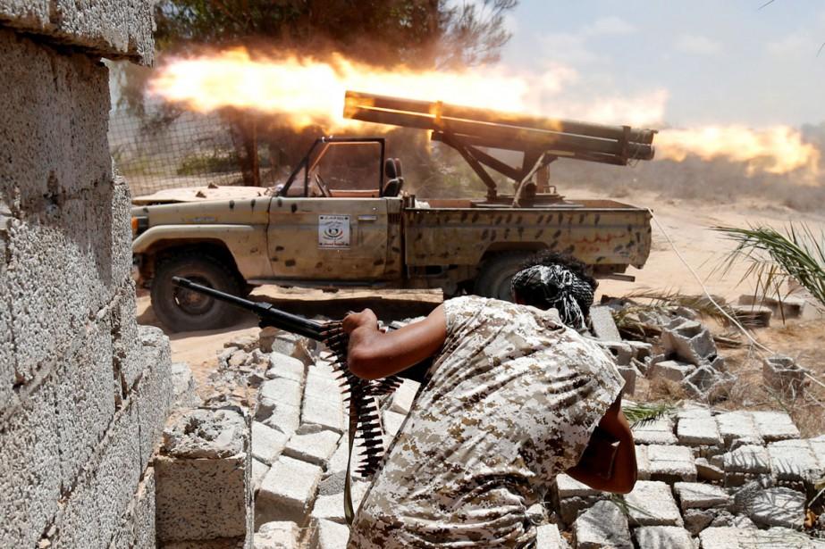 Des combattants desforces pro-GNA ouvrent le feu en... (photo Goran Tomasevic , archives REUTERS)