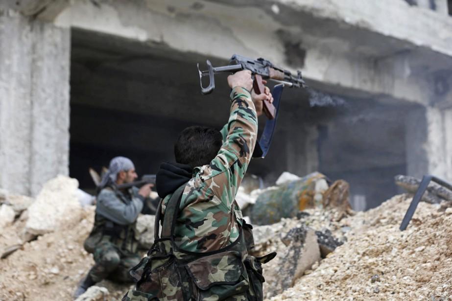 Des soldats syriens font feu en direction de... (ARCHIVES AP)