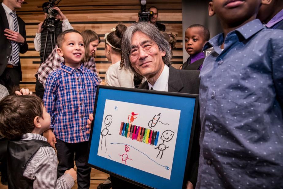 Kent Nagano entouré d'enfants de l'école St-Rémi-Annexe.... (PHOTO Antoine Saito)