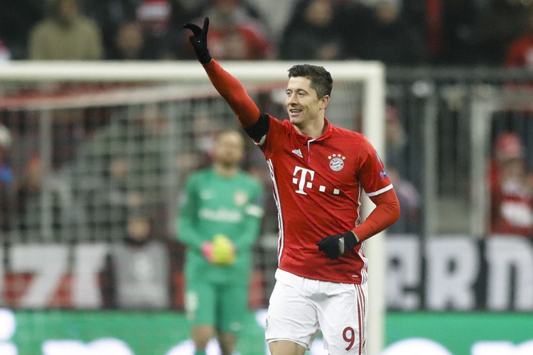 Robert Lewandowski a enroulé à la perfection son coup franc pour... (PHOTO AP)