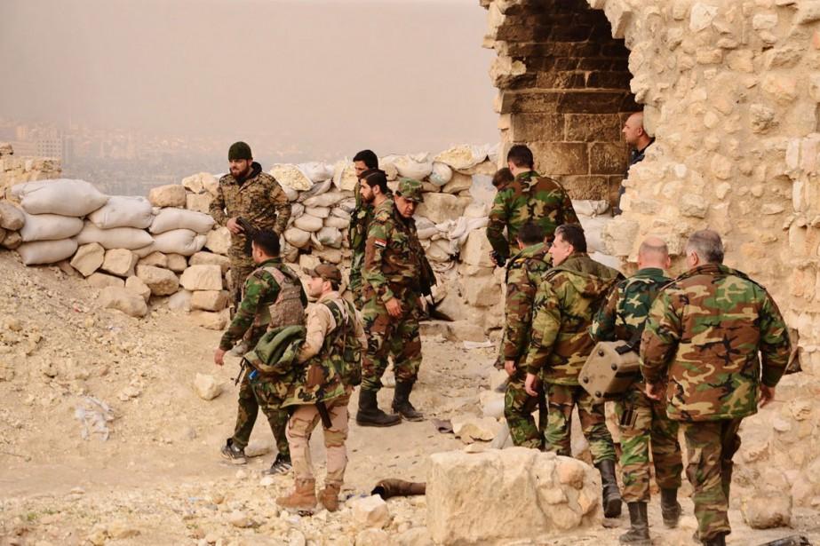 Des soldats syriens prennent position depuis la citadelle... (PHOTO AFP)