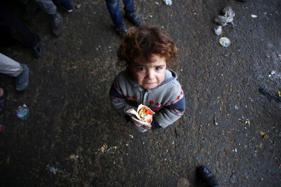 Un garçon, qui a fui avec sa famille... (photo Youssef Karwashan, archives AFP)