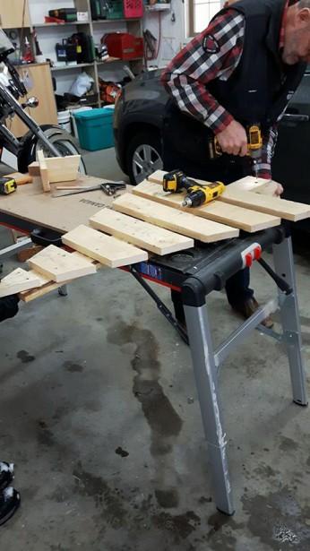 La fabrication d'un arbre de Noël à base de palette de bois. (Mylène Dufour)