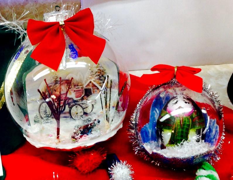 Janie Gauthier a trouvé un technique pour intégrer des objets et des images dans ces boules faites de verre. (Janie Gauthier)
