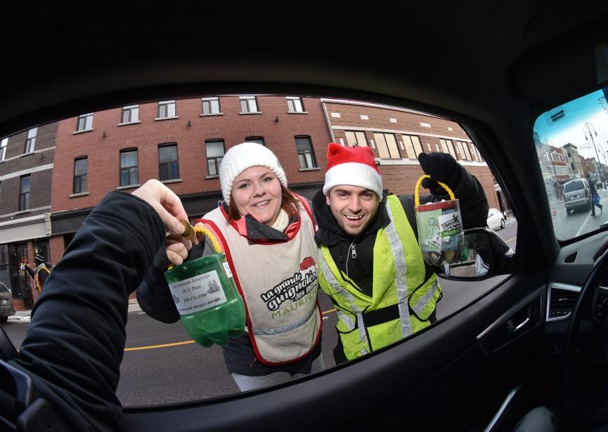 Jessica Brochu et Tommy Goyette font partie des bénévoles qui ont sollicité la générosité des gens tout au long de la journée. (François Gervais, Le Nouvelliste)