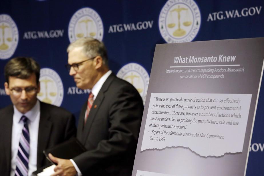 Le gouverneur démocrate Jay Inslee (à droite) et... (photo Elaine Thompson, Associated Press)