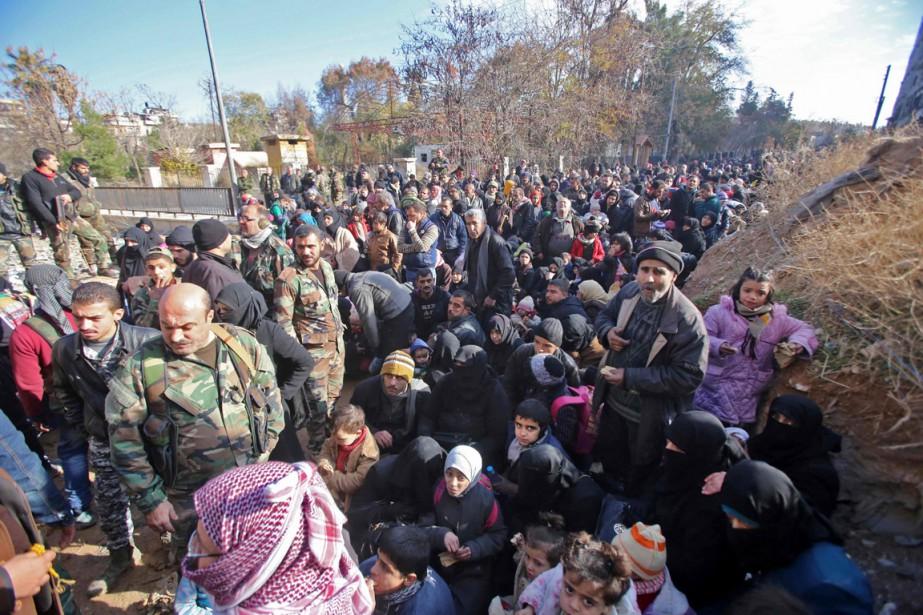 Des résidants d'Alep-Est fuyant les combats sont massés... (photo Youssef KARWASHAN, archives Agence France-Presse)