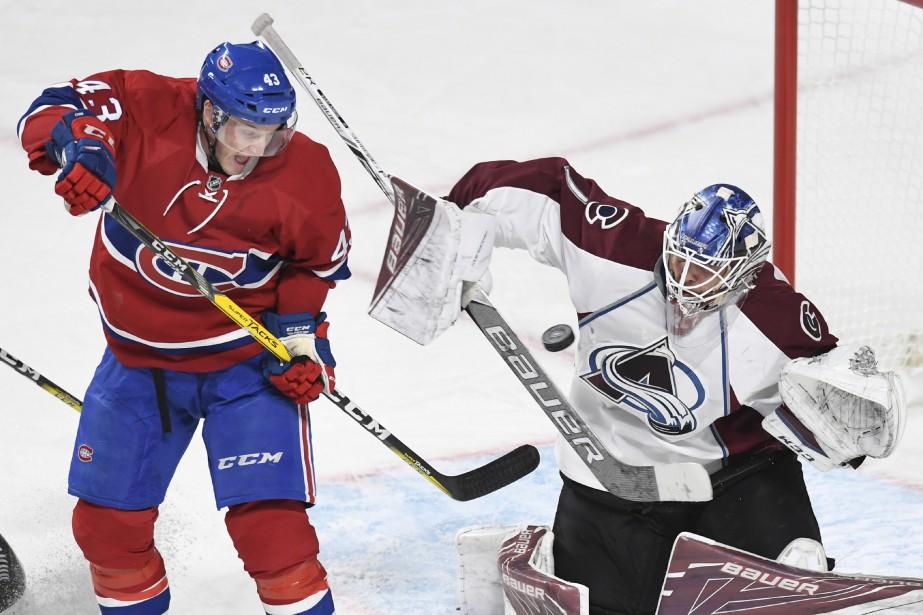 Daniel Carr tente de jouer un tour de passe-passe à Varlamov. (PHOTO BERNARD BRAULT, LA PRESSE)