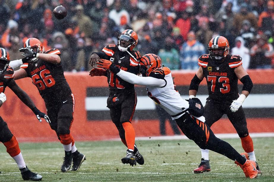 Le quart des Browns, Robert GriffinIII (10), décoche... (USA Today Sports)