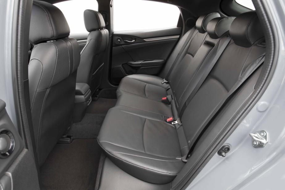 L'espace utilitaire rogne sur les places arrière et, contrairement à la Civic berline, le dégagement aux places arrière est légèrement plus étriqué. ()