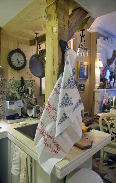 Des linges à vaisselle aux motifs et aux couleurs de Noël constituent des ornements faciles à intégrer au décor. (Le Soleil, Jean-Marie Villeneuve)