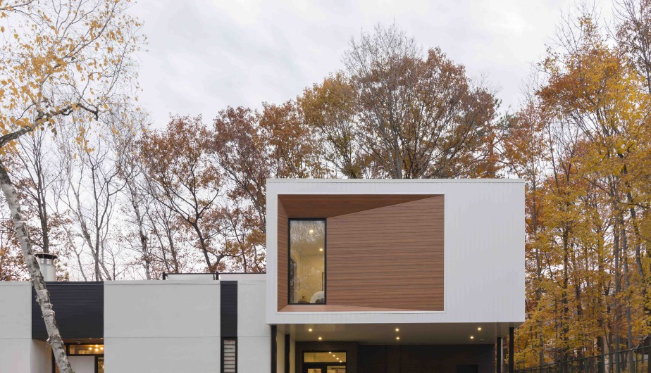 Un parement d'aluminium blanc et lisse et un autre qui imite le bois ont été utilisés pour reprendre les mêmes teintes que le bâtiment d'origine. (Fournie par CCM2)