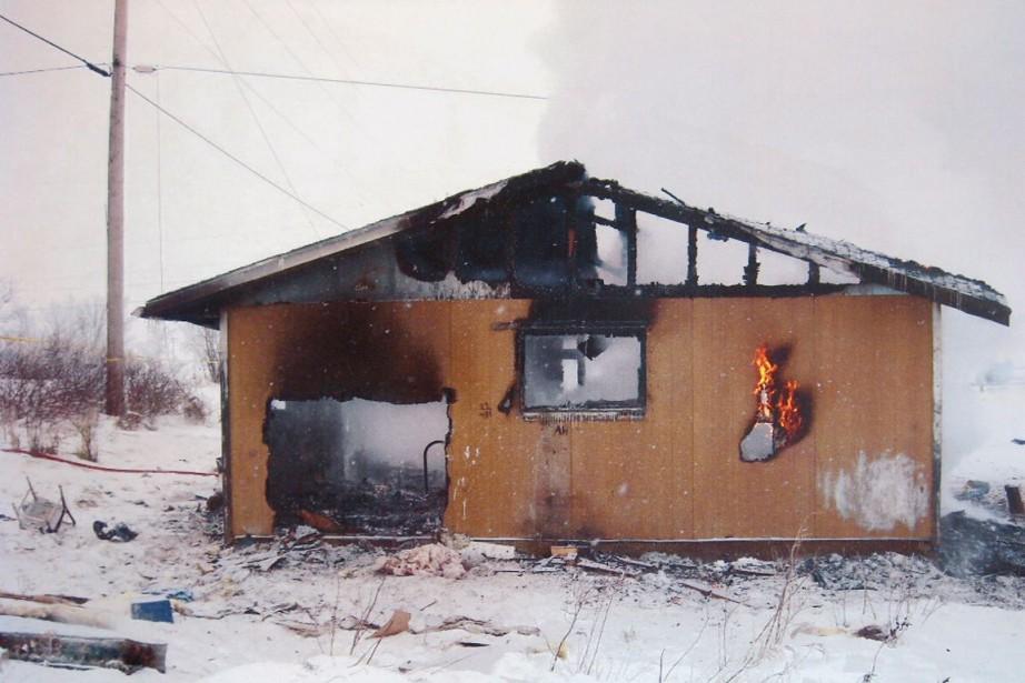 Une maison détruite par le feu dans une... (Archives, La Presse canadienne)