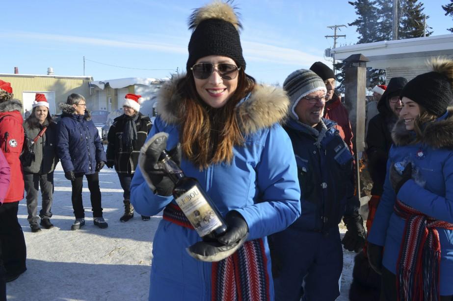 Les duchesses ont apporté du Caribou pour réchauffer les gens. (Photo Le Quotidien, Louis Potvin)