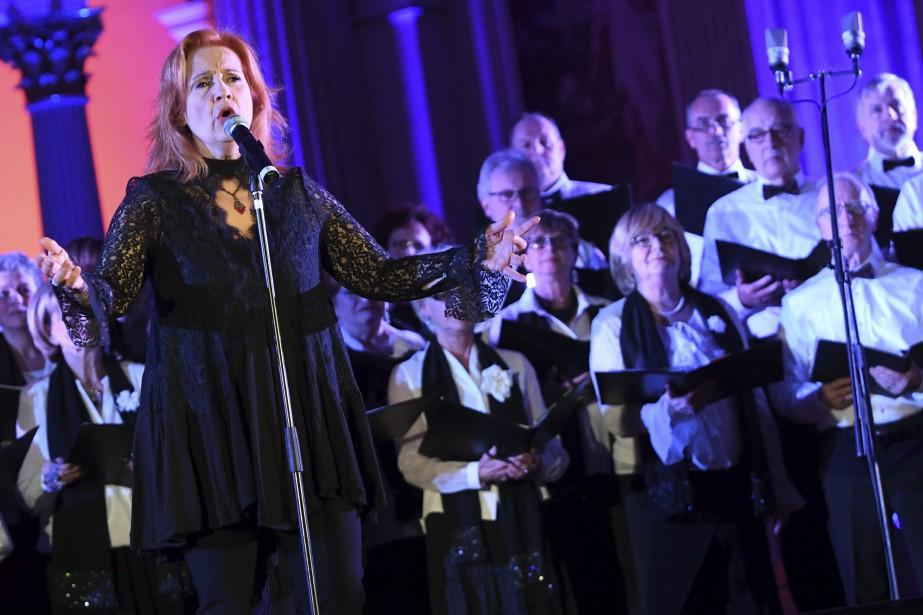 Le choeur Euphonie a brillamment accompagné Marie-Denise Pelletier. (Photo Le Progrès-Dimanche, Michel Tremblay)
