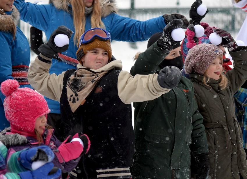 Comme à ses éditions antérieures, la Grande Fête hivernale de Québec offrait diverses activités extérieures aux passants de la terrasse Dufferin - la traditionnelle glissade, du hockey bottine, etc. (Le Soleil, Erick Labbé)