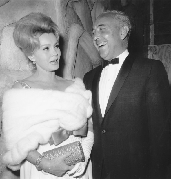 Zsa Zsa Gabor et Herbert Hutner à la première new-yorkaise de The Ugly Amerian, en 1963. (ASSOCIATED PRESS)