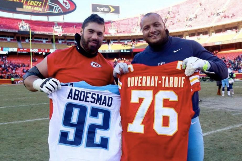 Laurent Duvernay-Tardif et Mehdi Abdesmadse sont échangé leurs... (Photo tirée du compte Twitter de NFL Canada (@NFLCanada))