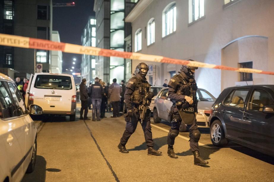 Des membres des forces spéciales sécurisent le secteur... (AP, Ennio Leanza)